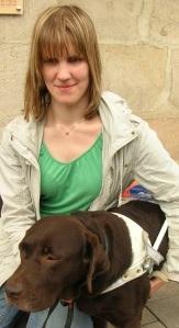 Andrea Windbichler mit ihrem ständigen Begleiter, Blindenführhund Willi (6)